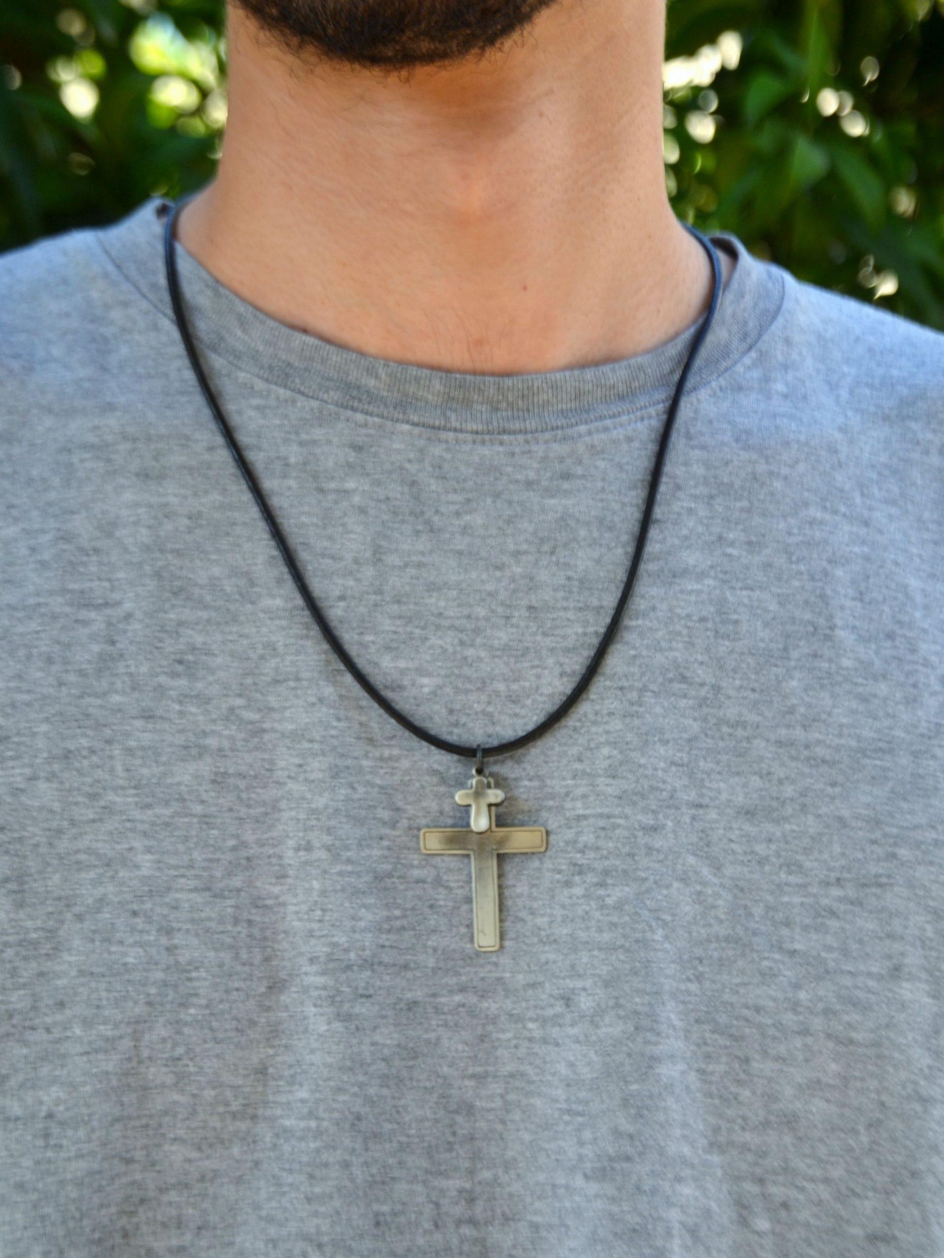 Colar cruz de metal