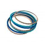 Conjunto de sete pulseiras, tipo escrava. 3 pulseiras em metal dourado e 4 em metal revestidas com fios de algodão em tons de azul