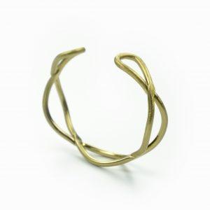 Pulseira trança em zinco. Esta pulseira tem um efeito entrançado e pode ser ajustada ao seu tamanho. A sua composição é de zinco fino riscado.