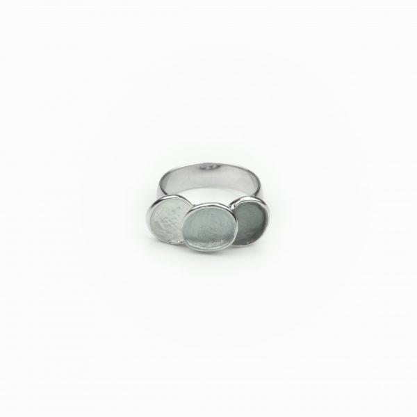 Anel círculos pintado à mão. Anel em metal com aplicações em forma de círculos pintados à mão em tons de cinza e prateado. O anel é ajustável através de aperto.